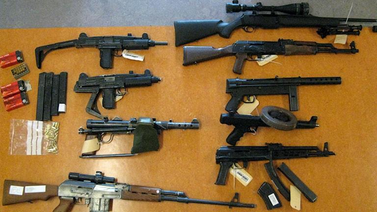 Vapenbeslag med många automatvapen. Foto: Polisen