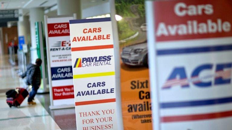Flera skuyltar med reklam för olika hyrbilsfirmor på flygplats. Foto: David Goldman/AP Photo