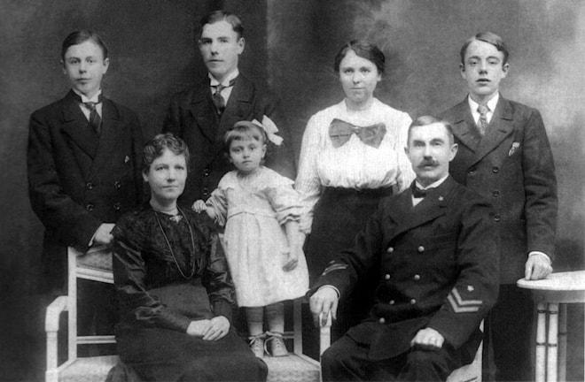 En fyrfamilj! – Familjen Österberg. Pappa Laurentz Österberg var först fyrvaktare på Kråksundsgap 1898-1910 och sedan fyrmästare på Islandsberg.