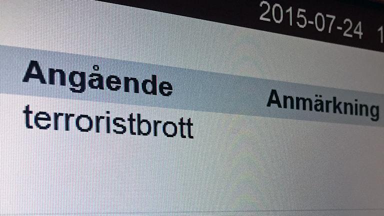 """En digital skylt från tingsrätten med texten """"Angående: terroristbrott""""."""