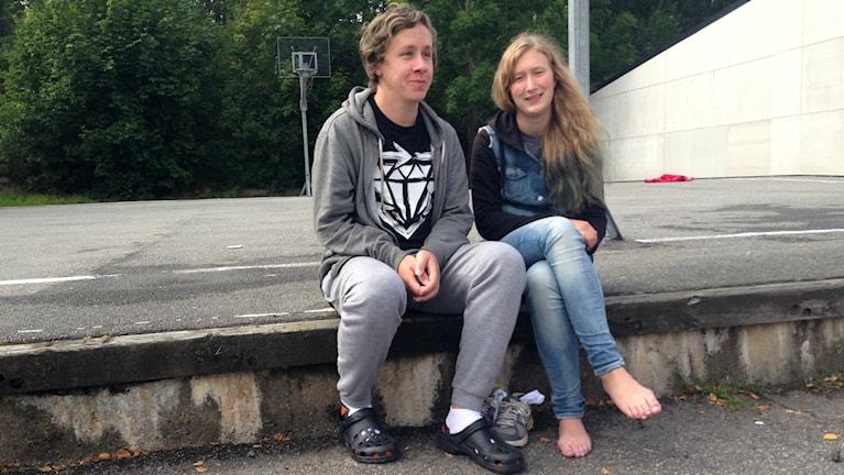 Andreas Hansson och Fanny Nyberg står utan bostad efter branden. Foto: Björn Alm/Sveriges Radio