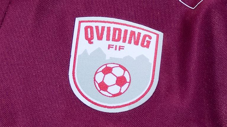 Qvidings klubbmärke på klubbens vinröda tröja