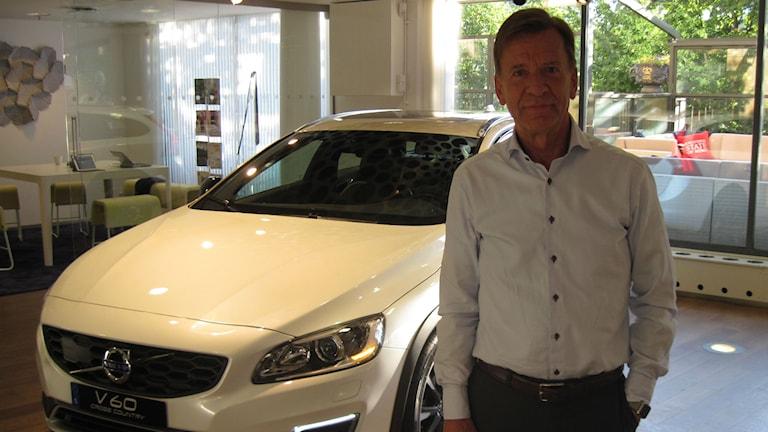 Volvo cars vd Håkan Samuelsson brevid en nytillverkad Volvo. Foto: Jens Möller/Sveriges Radio
