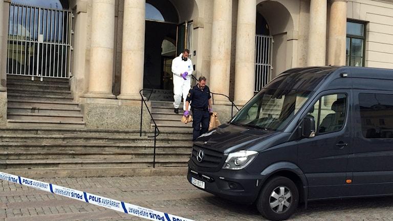 Polisen lämnar Göteborgs stadshus efter bombhotet. Bild: Josipa Kesic SR