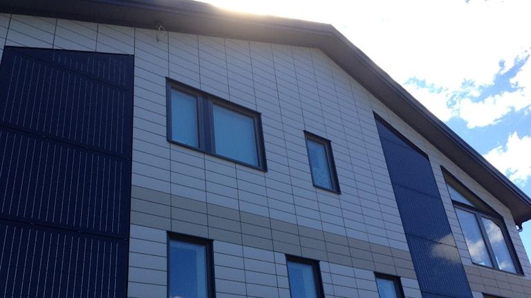 Familjen Nilsson hus är genomtänkt i detalj. Keramiska plattor täcker fasaden. På taket finns solceller och solfångare. Foto: Erica Hedin / Sveriges Radio
