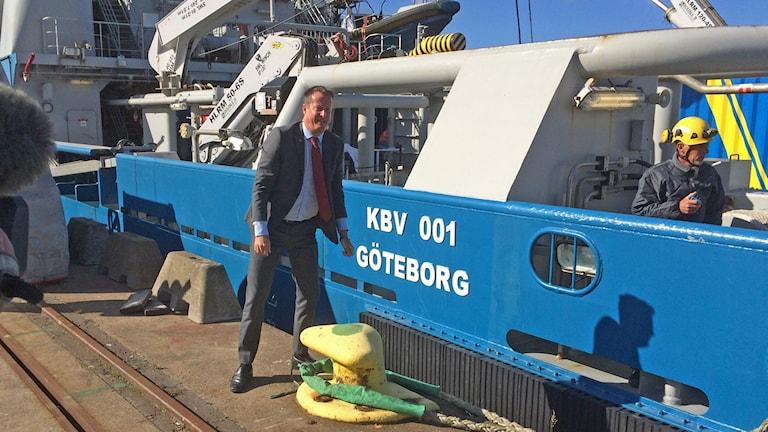 Inrikesminister Anders Ygerman förtöjer Kustbevakningens fartyg Poseidon i Göteborgs hamn. Foto: Peter Stenberg/SR