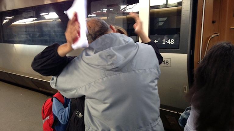 Efter fyra månaders väntan återförenades en syrisk familj idag på Göteborgs central. Foto: Monir Loudiyi