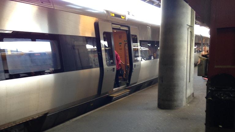 Genrebild på tåg. Elisabeth vill att vi tar hand om istället för att stöta bort de nyanlända. Foto: Monir Loudiyi