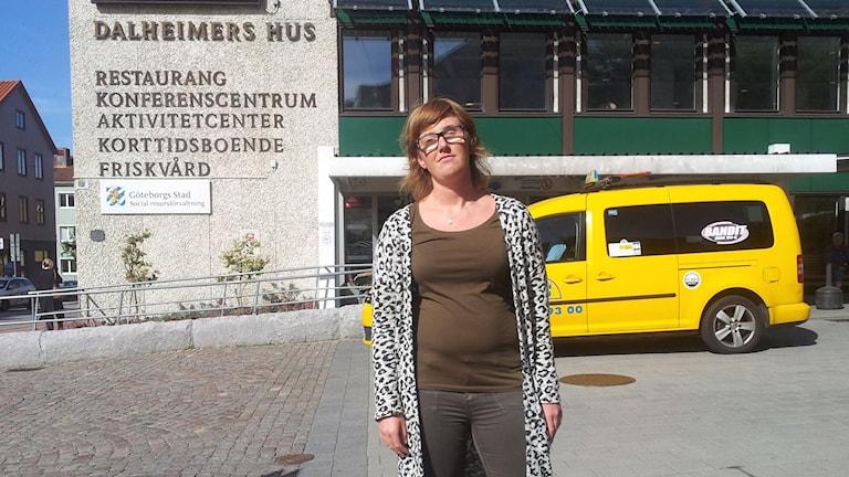 Catarina Ahlquist ombudsman Synskadades Riksförbund utanför sin arbetsplats.