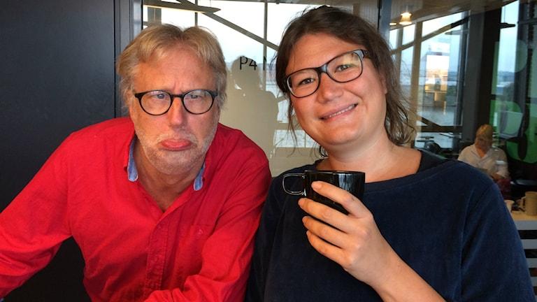 Peo, vit man med röd skjorta och kort ljust hår tittar in i kameran och ser ledsen ut. Ina, rasifierad kvinna håller upp en kopp kaffe och tittar in i kameran och ler. Foto: Ylva Nilsson/SR.