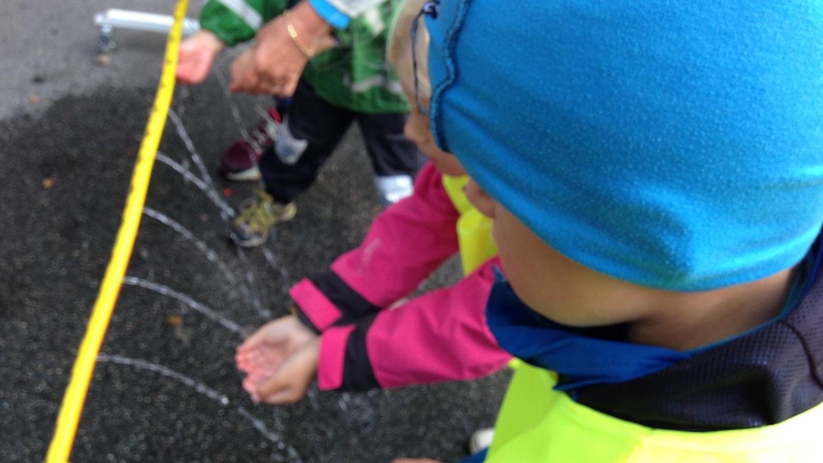 Filip Falkengren i förgrunden och Ebba Fogelström var två av barnen som deltog. Foto: Monir Loudiyi
