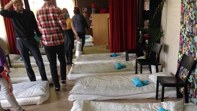 Fullsmockat med madrasser på golvet på Fässbergs församlingshem. Foto: Monir Loudiyi