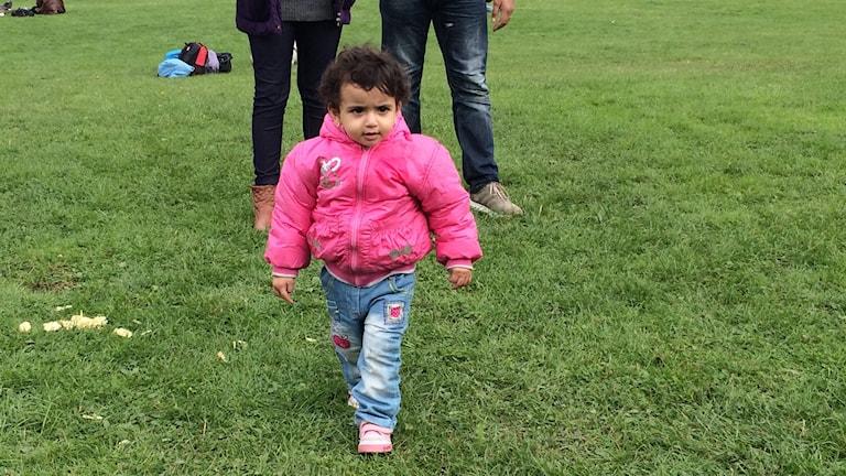 Mira reste med sina föräldrar och sin faster Yara över Medelhavet. Foto: Josipa Kesic/SR
