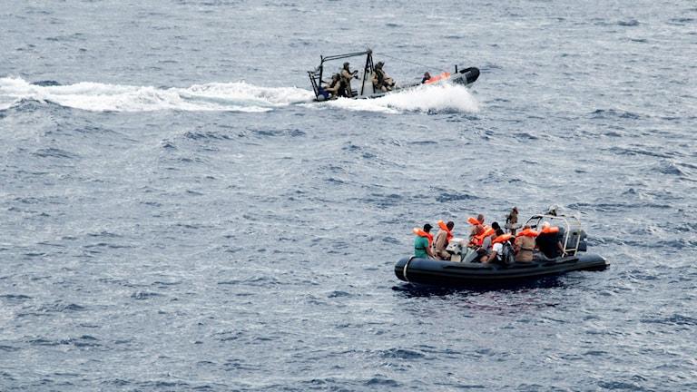 Många smugglare fraktar flyktingar i små gummibåtar. Foto: AFP PHOTO / GIUSI COSENTINO