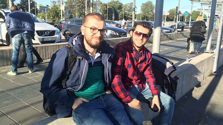 Bilal Alabed (till vänster) och Amr Bitar har startat en radiokanal för att hjälpa nyanlända i Göteborg. Foto: Josipa Kesic/SR
