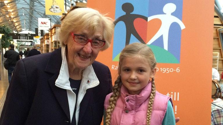 Marianne Henriksson Holmström 80 år som jobbat met världens barn i 17 år tillsammans med Elina Samuelsson. Foto: Lovisa Fischerström/SR