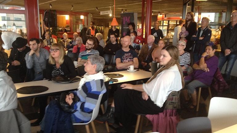 Många kom till Frölunda kulturhus för att lyssna på P4 Göteborgs hearing. Foto: Madeleine Blidberg/SR