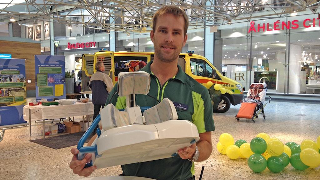 Per Lindvall visar upp en så kallad strokehjälm. Foto: Madeleine Blidberg/SR