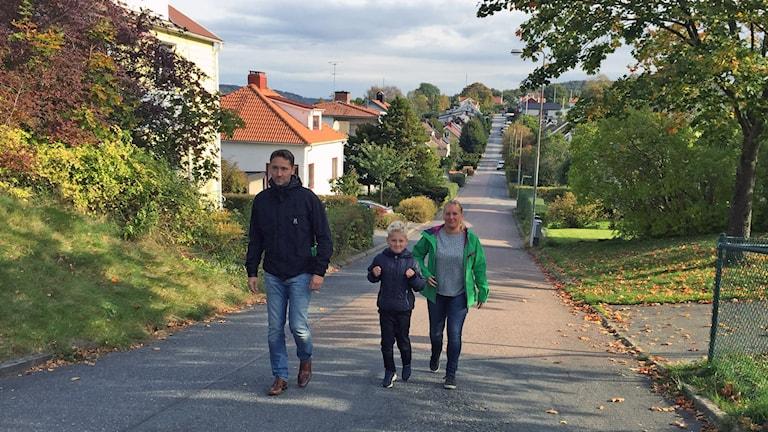 Det var längs med den här vägen som fyraåringen gick. Här är hans mamma, pappa och storebror. Foto: Lina Persson/SR