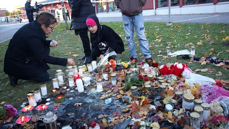 Avspärrning utanför skolan Kronan i Trollhättan. Två personer avled av sina skador när en knivman attackerade elever och personal på skolan under gårdagen. Foto: Adam Ihse / TT