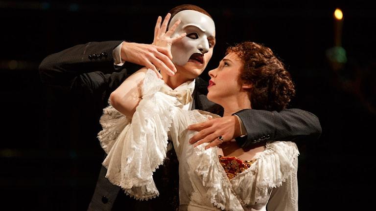 Fantomen uppvaktar och förföljer körsångerskan Christine. Foto: Joan Marcus/TT