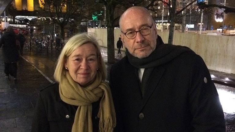 Kommunstyrelsens ordförande Anneli Hulthén (S) och George Braun , ordförande i Judiska församlingen deltog bägge i manifestationen till minne av kristallnatten. Foto: Simon Rissvik/SR.