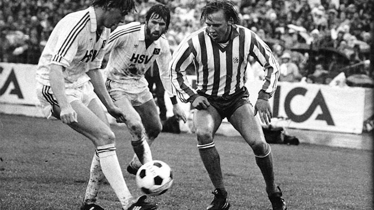 IFK Göteborg UEFA  IFK Göteborgs Dan Corneliusson (t.h.) i kamp om bollen mot Hamburger Sport-Verein. FOTO Ingvar Svensson TT