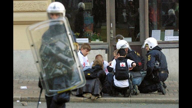 En ung man blir omhändertagen sedan han blivit skjuten under EU kravallerna i Göteborg 2001. Foto Tor WennströmLehtikuvaTT