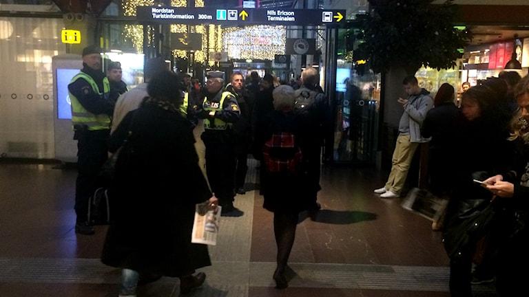 Förstärkt polisbevakning på Centralstationen i Göteborg under torsdagmorgonen. Foto: Susanne Ehlin /SR