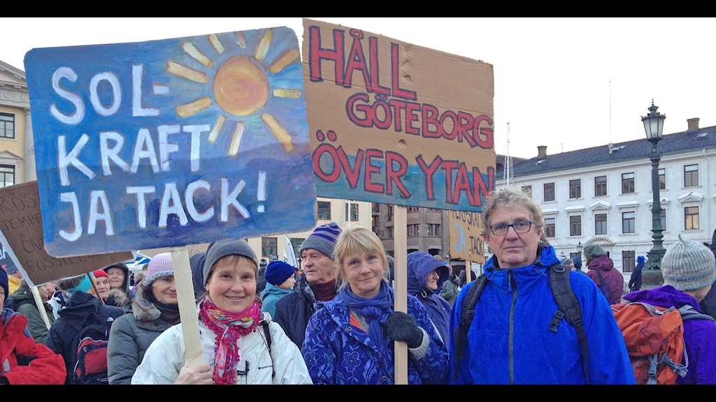 Tre demonstranter med plakat. Foto: Madeleine Blidberg/Sveriges Radio