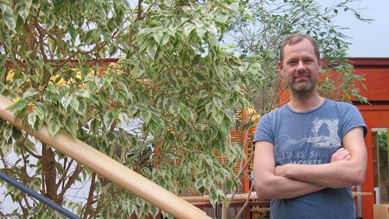 Stadsklimatolog Fredrik Lindberg i grönskan i Institutioner för geovetenskaper. Foto: Epp Anderson/Sveriges Radio