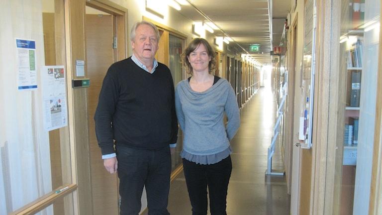 Nils Conradi och Nina Modig på regionalt cancercentrum Väst tror på tillgängligare cancervård. De står i en lång korridor med ljus längst bort. Foto: Epp Anderson/Sveriges Radio