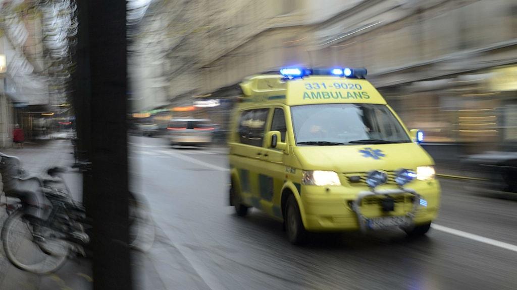 Arkivbild. Ambulans under uttryckning.