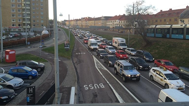 Långa köer Hjalmar Brantingsgatan på grund av att Älvsborgsbron är avstängd. Foto: Josipa Kesic/Sveriges Radio