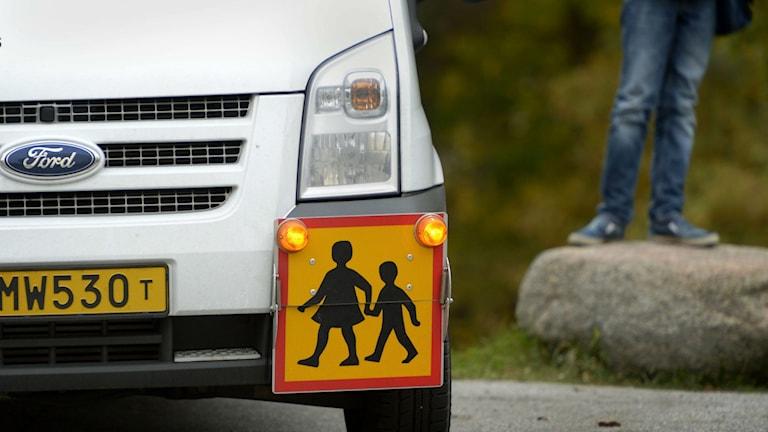 Fronden på en bil med skylt som visar att den kör som skolskjuts Foto: Janerik Henriksson / TT Bild
