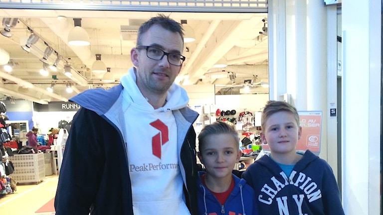Patrik Oskarsson handlade julklappar på Backaplan tillsammans med sönerna Elias och Samuel.