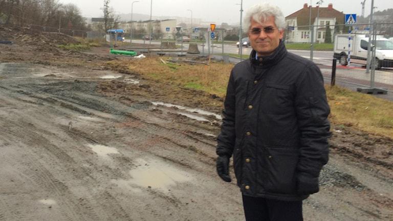 Mustafa Atik på platsen där byggnaden ska uppföras. Foto: Josipa Kesic/Sveriges Radio