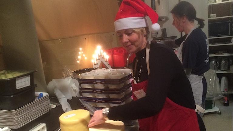 Malin med tomteluva ser till att julosten kommer på bordet. Foto: Peter Stenberg/SR
