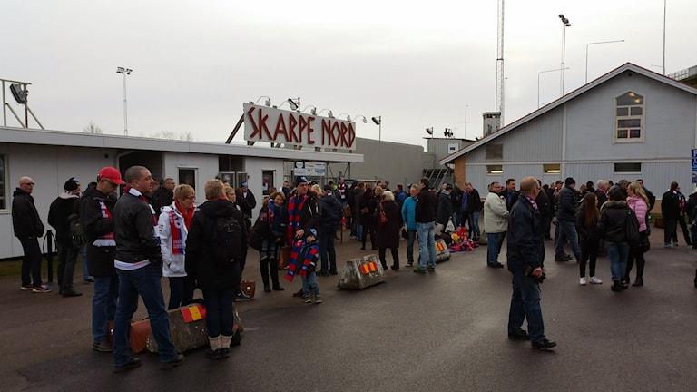 Samling vid Skarpe Nord för alla som ska med supporterbussarna till Lidköping. Foto: Magnus Åhman/Skarpa Gubbar