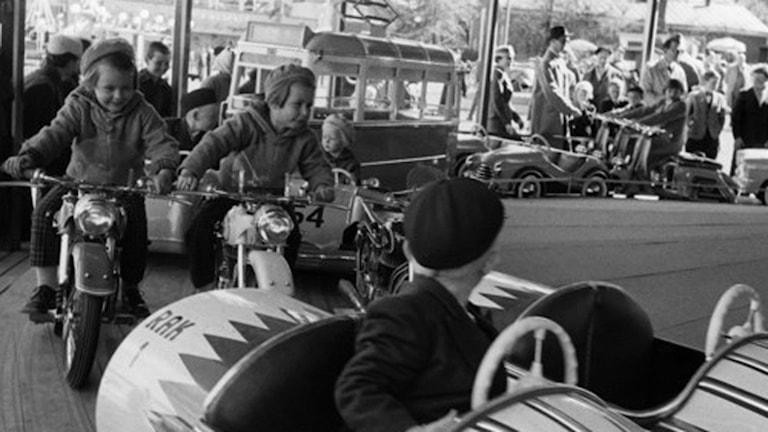 Barn åker karusell på Liseberg. Foto: Jarl Ekenryd / SVT