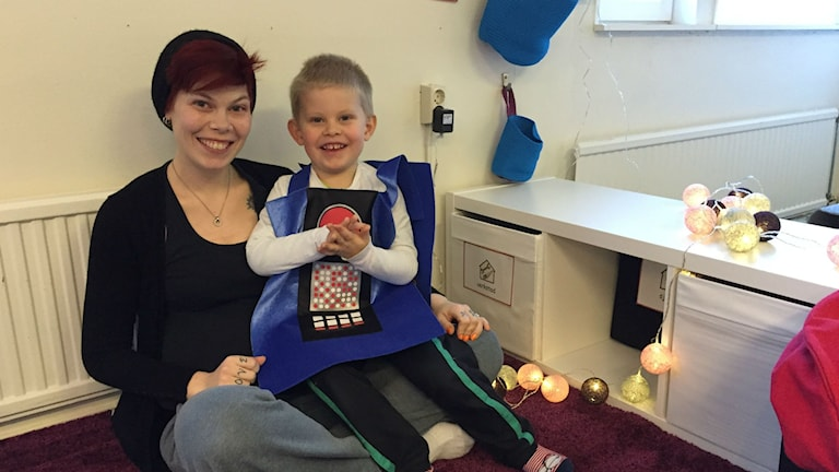 Marie Manninger och sonen Linus på nya förskolan i Bräcke. Foto: Linn Ohlsson/Sveriges Radio