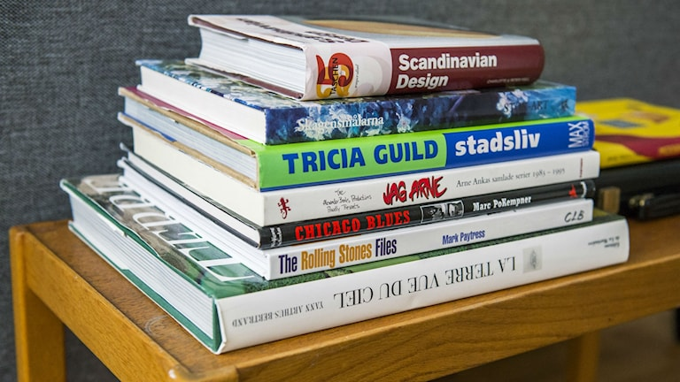 En hög med inredningsböcker på en bänk. Foto: Claudio Bresciani / TT Bild