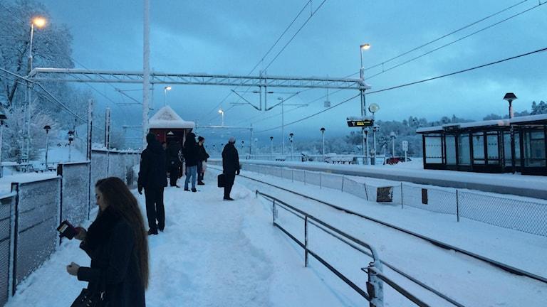 Snö på Floda station där flera väntar på tåget.Från stationen i Floda. Foto: Susanne Ehlin/SR