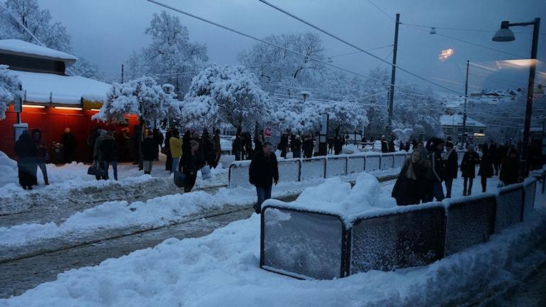 Mycket snö och många väntande människor på redbergsplatsen.
