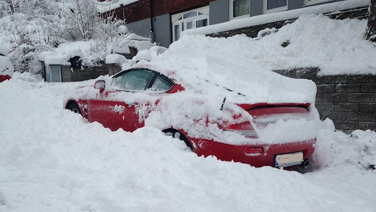 Insnöad bil i Kortedala. Foto: Hasse Andersson/SR