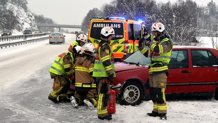 En kraschad bil och personal från räddningstjänsten. Foto Mikael Berglund /Nyheter STO