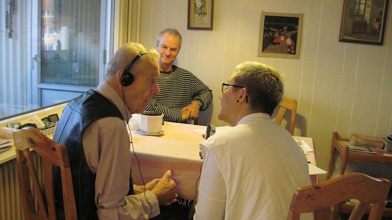 Hembesöksläkaren Jenny Wretborn i samspråk med Olof Winlind. Sonen Dick Winllind i bakgrunden. Foto: Epp Anderson/Sveriges Radio
