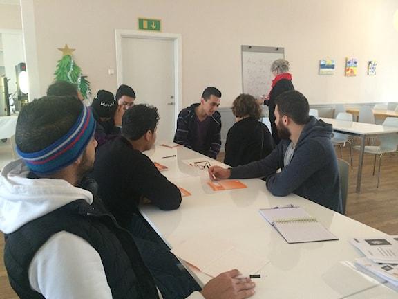 Elever runt bordet på asylboende