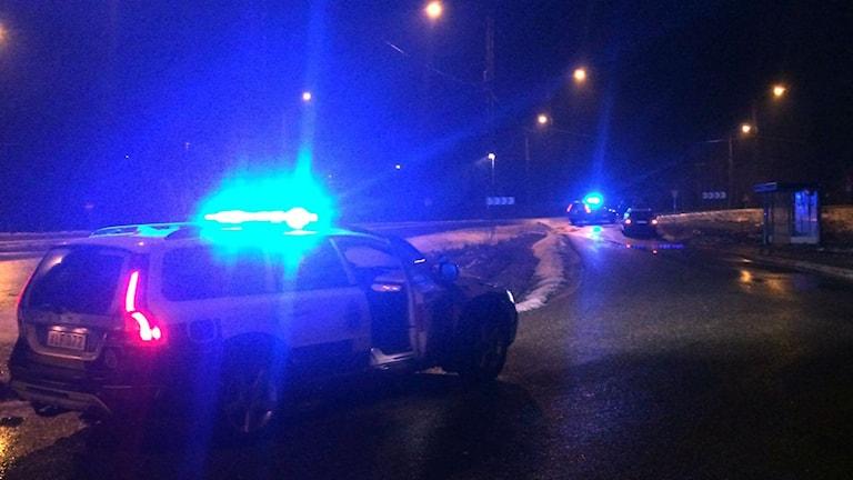 Polisbilar ute på E6 an vid Kodemotet där lösspringande hästar setts. Foto: Niklas Göransson/ Nyheter STO