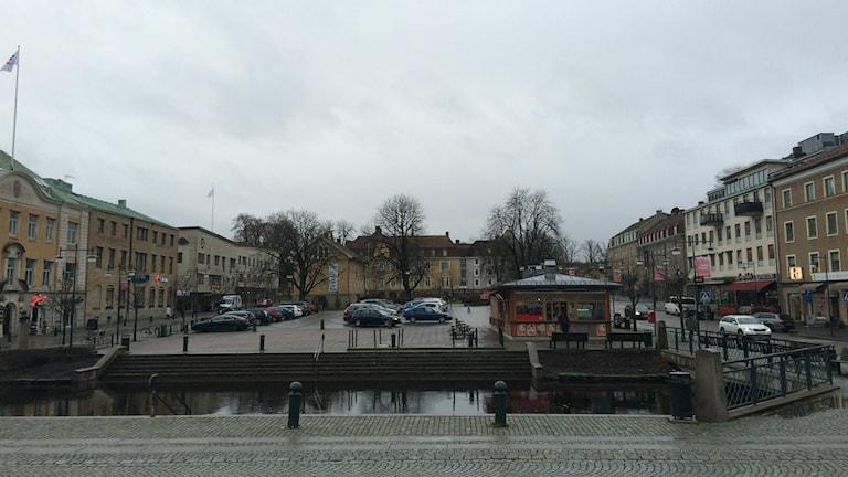 Alingsås centrum, från Stora Torg till Lilla Torg, en grå decemberdag.